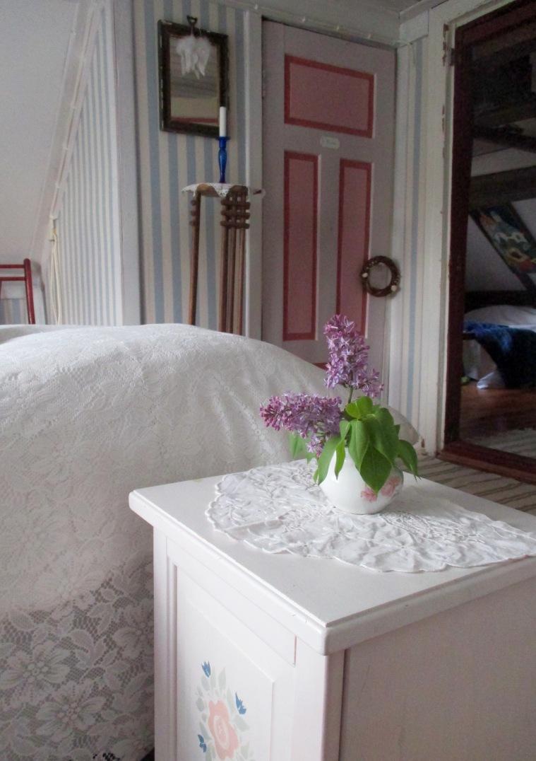 Kesähuoneen yöpöytä