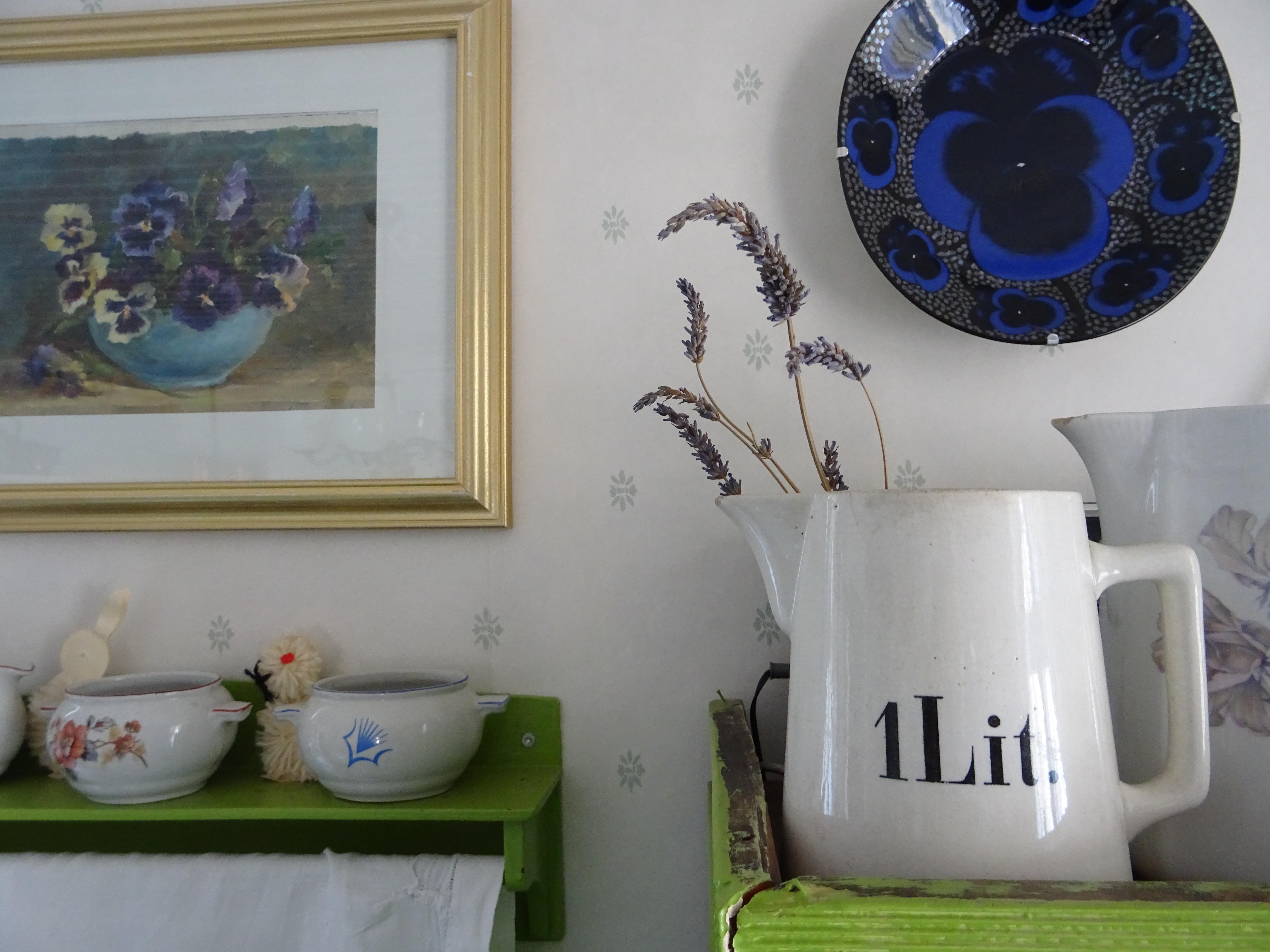 Orvokkeja ja laventelia